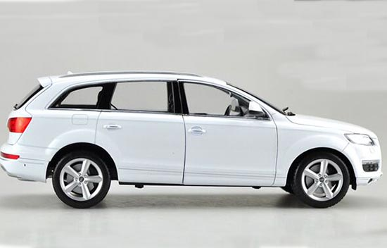 Black / White 1:18 Scale Welly Diecast Audi Q7 SUV Model