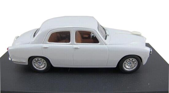 White 1:43 Scale M4 Diecast Alfa Romeo Model