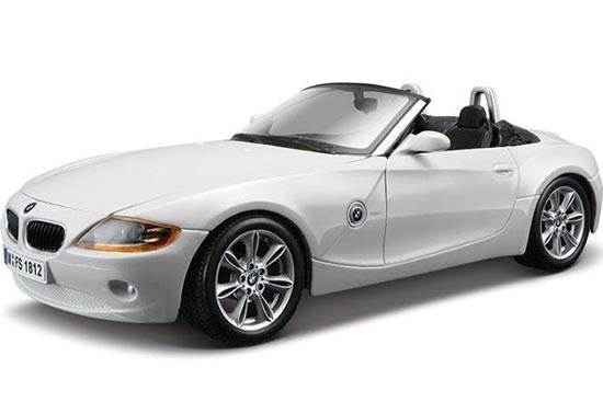 White / Gray 1:24 Scale Bburago Diecast BMW Z4 Model
