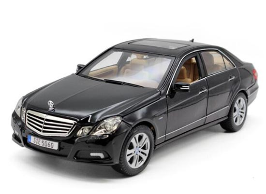 Black / Wine Red 1:18 Scale Maisto Mercedes-Benz E-Class Model