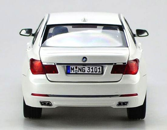 White Kyosho 1:18 Scale Diecast BMW 7 Series Model