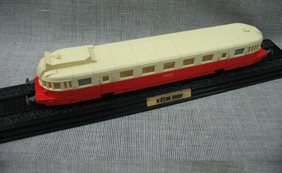 1:87 Scale Red-White Atlas Le RENAULT VH Train Model