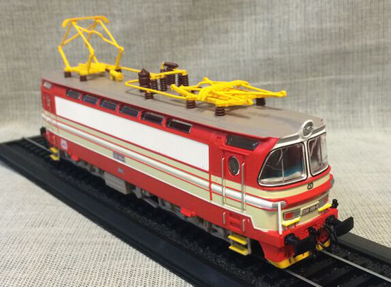 1:87 Scale Red-White Atlas Rada 230 059-8 1966 Train Model