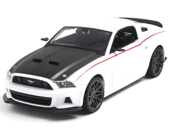 1:24 Green / White Diecast 2014 Ford Mustang Street Racer Model