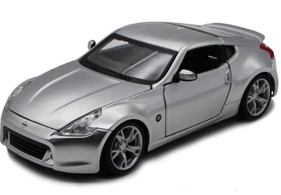 1:24 Scale Silver / Red Maisto Diecast Nissan 370Z Model
