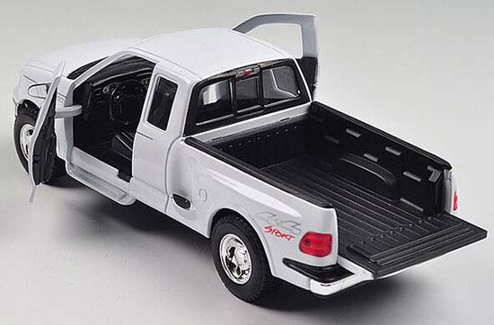 Black / White 1:24 Welly Die-Cast 1999 Ford F-150 Pickup Model
